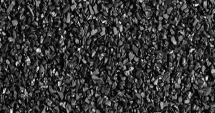 Aktívne uhlie: čierny záchranca, ktorý zatočí s akné